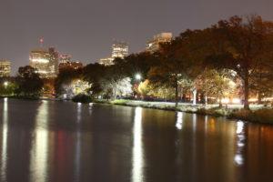 Nattebillede fra broen der går over Charles River. Lang lukketid.